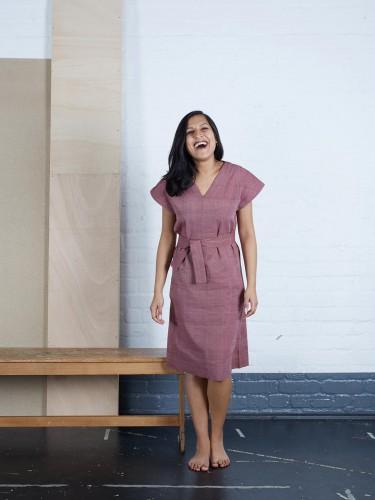 Das Fairtrade Kleid Kakali in Rot auf handgewebter Bauwolle